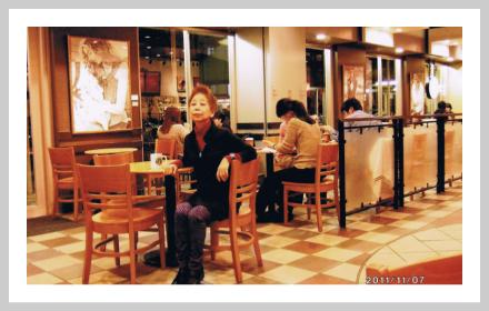 スターバックスコーヒー店内の「小さなテーブル」風景