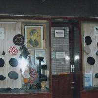 ザグレブのホテル隣の帽子屋さん前で開店を待っている(1)