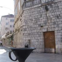 上のゲンコツから水が出ていたらしいコーヒーカップ