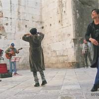 スプリット(城壁内)旧市街で音楽に合わせて楽しくダンスをした時間。道ゆく人もニコニコ(1)