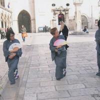 城壁内のメイン通りで「さくら・さくら」を踊った。着物も帯も持って行った(1)
