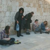 城壁内ではあっちこっちに画学生たちがスケッチしている