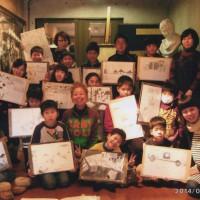 参加した子供達の作品と直子先生と智香子先生と釜崎さんと私と 今日の収穫作品 (この日のお休みは7人です)