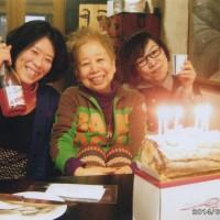 教室後 長椅子誕生日を4人で祝う