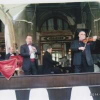 サンパルコ広場にある世界で一番最初に出来た喫茶店の前で生音楽です