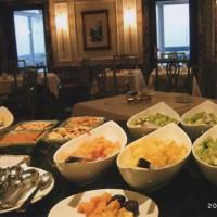 ウェスティンホテルの朝食 まるでゴンドラの様なお皿です
