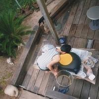新しくなった庭のテラスで 啓が何やら楽しくやっている。 側で自由猫達もリラックスしている