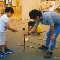 子供達も戦力の楽しみながらの搬入展示作業風景
