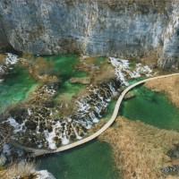 木道の美しいカーブと美しい水の色