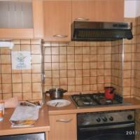 ザグレブで1泊したホステルのキッチン。朝1人でキッチンにて「小さなテーブル」の子供達にポストカードを書いた