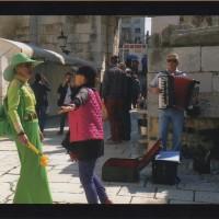 緑の服の彼女と日本人の私とで美しい音楽に合せてダンスを楽しむ。これも外国ならではの大好きな楽しみ方です。