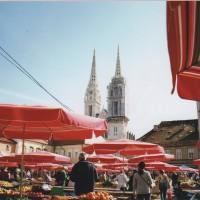 ザグレブの市場 新鮮な野菜や果物が朝市で輝いてた。