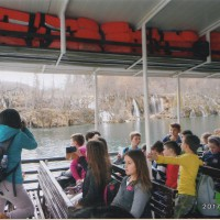 子供達の遠足と一緒に船に乗る。