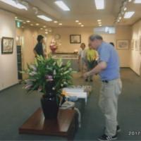 毎年会場内で期間中 爽やかな香りと美しい存在感で展示会を支えてもらっている敏和さんからのプレゼントの花を整えて下さっている花屋さん