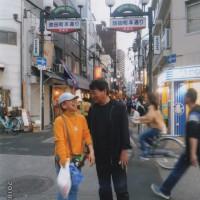 初めての商店街を歩く楽しさに幸せを感じる