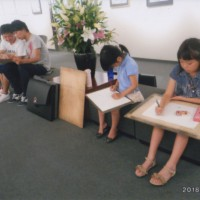 展示会場での子供教室模写会