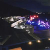 ホテルの部屋から見えるイルミネーションが輝く夜