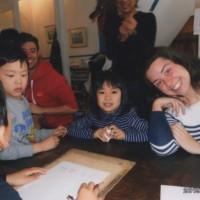 イタリア人の友人のバネさんとティアさんが日本旅行中に教室に来てくれました。子供達は茨木駅まで迎えに行き、教室では一緒に絵描きゲームや箱積みゲームをしながら貴重な時間を楽しみました。